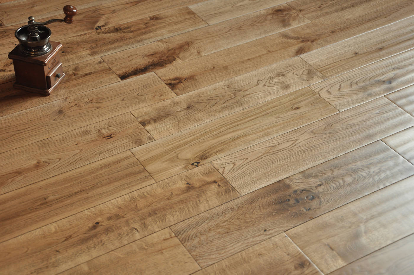 Handscraped bosco tobacco 18x125mm real natural solid for Real oak hardwood flooring